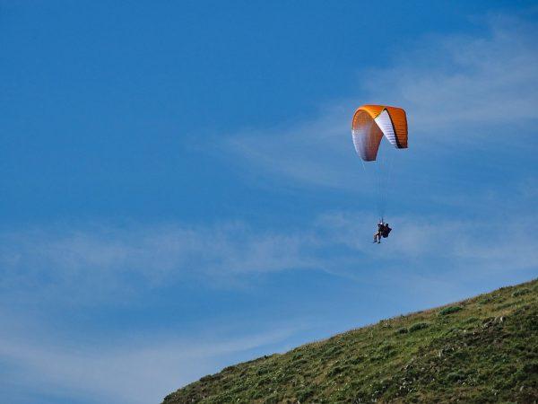 Décollage d'un tandem parapente au dessus de Dienne dans le Cantal