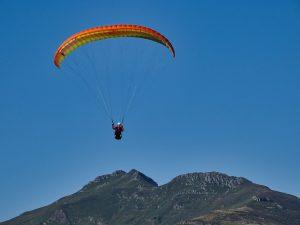 stage initiation parapente dans le Cantal une voile en vol vallée de la santoire