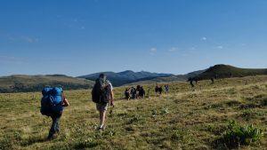 Marche d'approche vers le décollage en stage perfectionnement parapente chez Thang-ka dans le Cantal en Auvergne