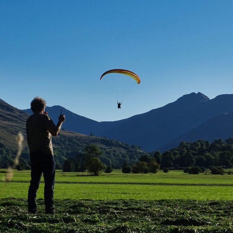 atterrissage surveillé par le moniteur en stage progression parapente chez thang-ka dans le Cantal, Auvergne