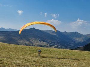 Stage initiation parapente gonflage du parapente avec vue sur les monts du Cantal en Auvergne