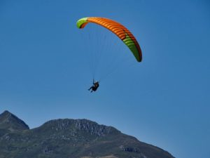 atterrissage autonome en stage de perfectionnement parapente en Niviuk koyot 3 L orange et jaune