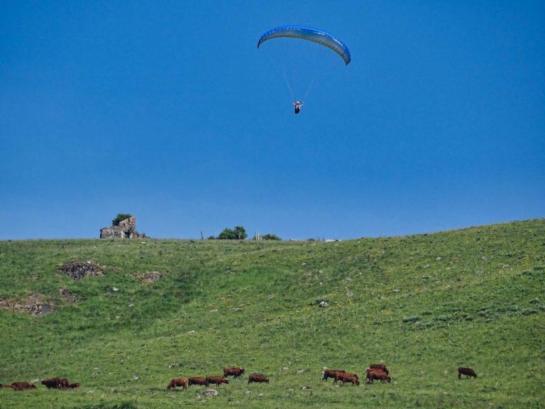 Parapente en sortie de décollage au dessus de Dienne dans le Cantal en stage de progression parapente