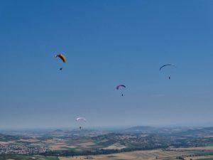 4 parapente qui enroule un thermique en stage perfectionnement parapente en Auvergne avec thang-ka