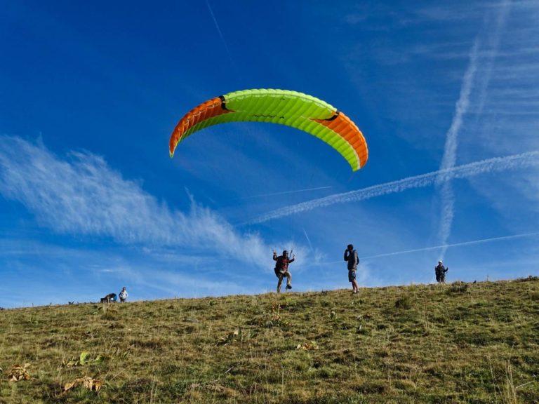 Décollage en parapente pendant un stage initiation parapente au dessus de Dienne dans le Cantal en Auvergne