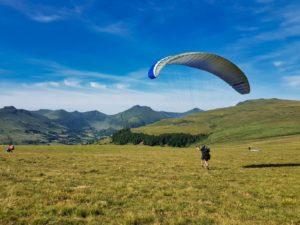 Gonflage dos à l'aile en stage initiation parapente dans le Cantal, Auvergne