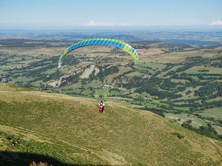 Premier grand vol en parapente dans le Cantal en Auvergne pendant un stage initiation au parapente