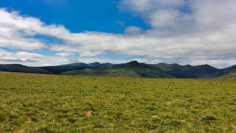 Magnifique vue sur les monts du Cantal au cœur de l'Auvergne en stage de perfectionnement parapente chez Thang-ka