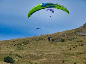 3 parapente en sortie de décollage d'Embec à Dienne dans le Cantal en Auvergne