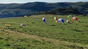 Séance de pente école en stage de progression parapente dans le Cantal en Auvergne.