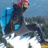 Un paralpiniste en vol avec une sellette Crux de Sky Paragliders