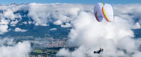 Une soar de chez Air Design en vol de cross entre les nuages .