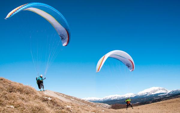 Deux pilote parapente qui jouent au sol avec leurs Soar de chez Air Design un EN B+ pour le marche et vol