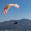 Une Sky Paragliders Apollo 2 Light orange en vol cross