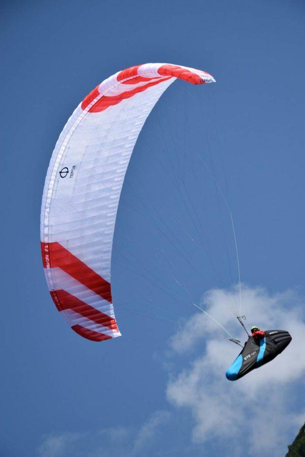 Une Phi Tenor Light blanche et rouge en vol de cross