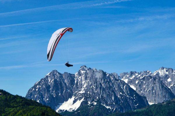 Une Mac Para Eden 7 blanche en vol en montagne