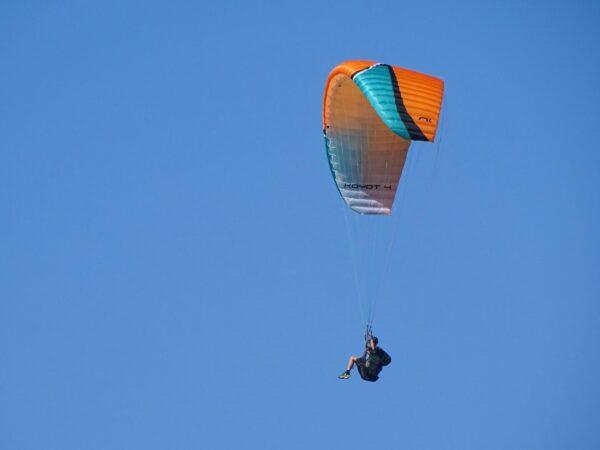 La Koyot 4 XS couleur lava orange et noir en vol.